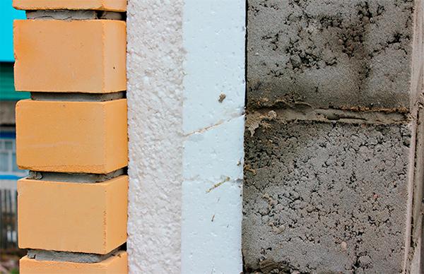 Стена с пенопластом в качестве утеплителя